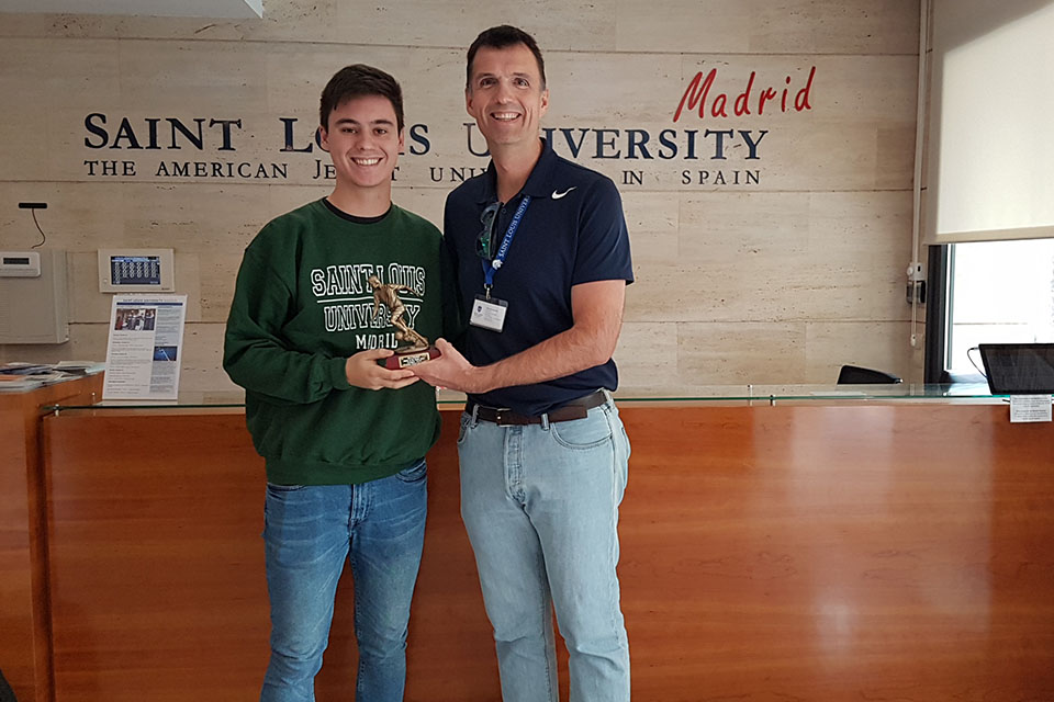 SLU-Madrid honors Fernando Monserrate López for his accomplishments as a high-level soccer player as well as an exemplary sportsman and team player.