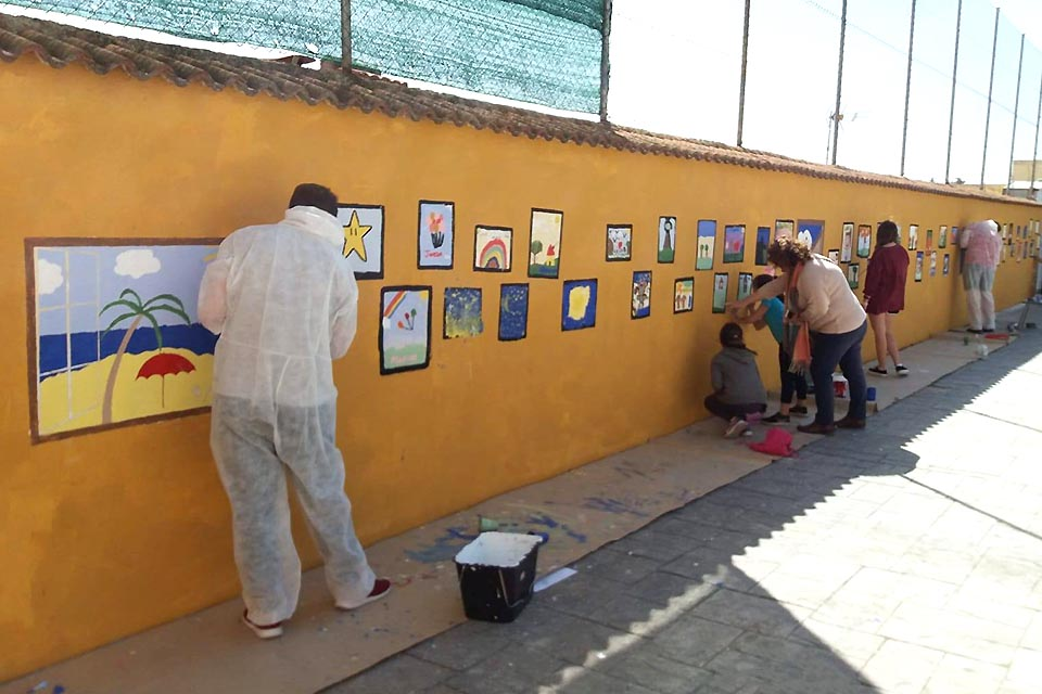 Ten SLU-Madrid volunteers travelled to the village of Puertollano (Ciudad Real) for a weekend dedicated to granting a wish to the local children: to fill their school with colors by painting murals on the walls of the courtyard where they have recess.
