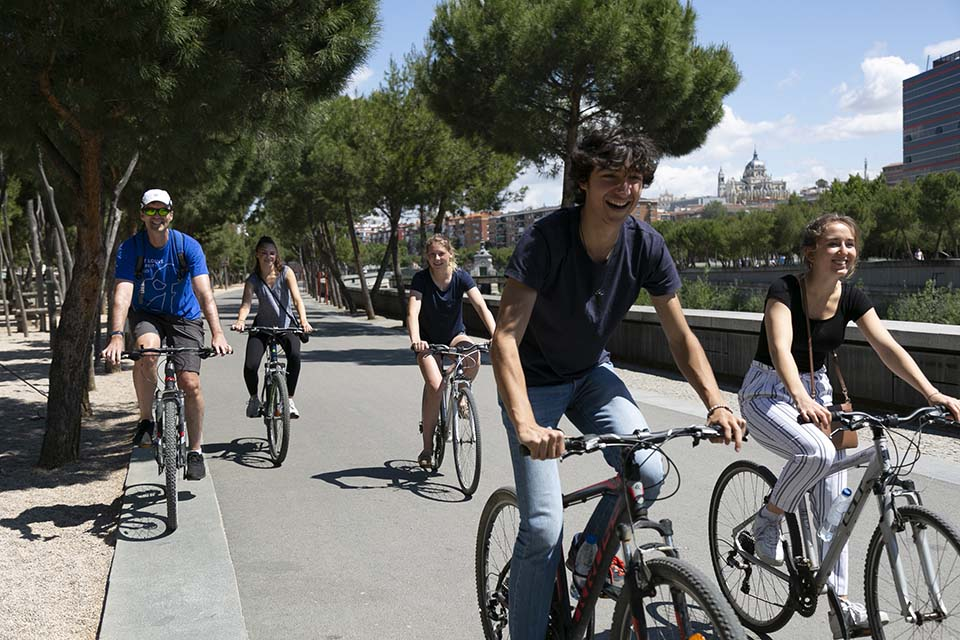 Cultural programming kicks it up a notch in the summer, assuring your time outside of the classroom is enriching and engaging. Students take a tour of the Madrid Rio park on bicycle.